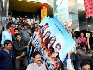 protests-before-cinemas-screening-dilwale-bajirao-14504509114909