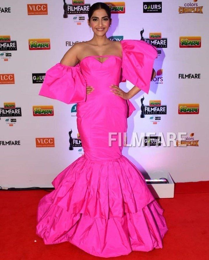 Sonam Kapoor in Pink dress at Filmfare awards 2019 - South Indian Actress -  Photos and Videos of beautiful actress -